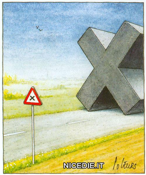 un cartello preannuncia l'incrocio, sulla strada c'è un enorme croce come nel disegno del cartello