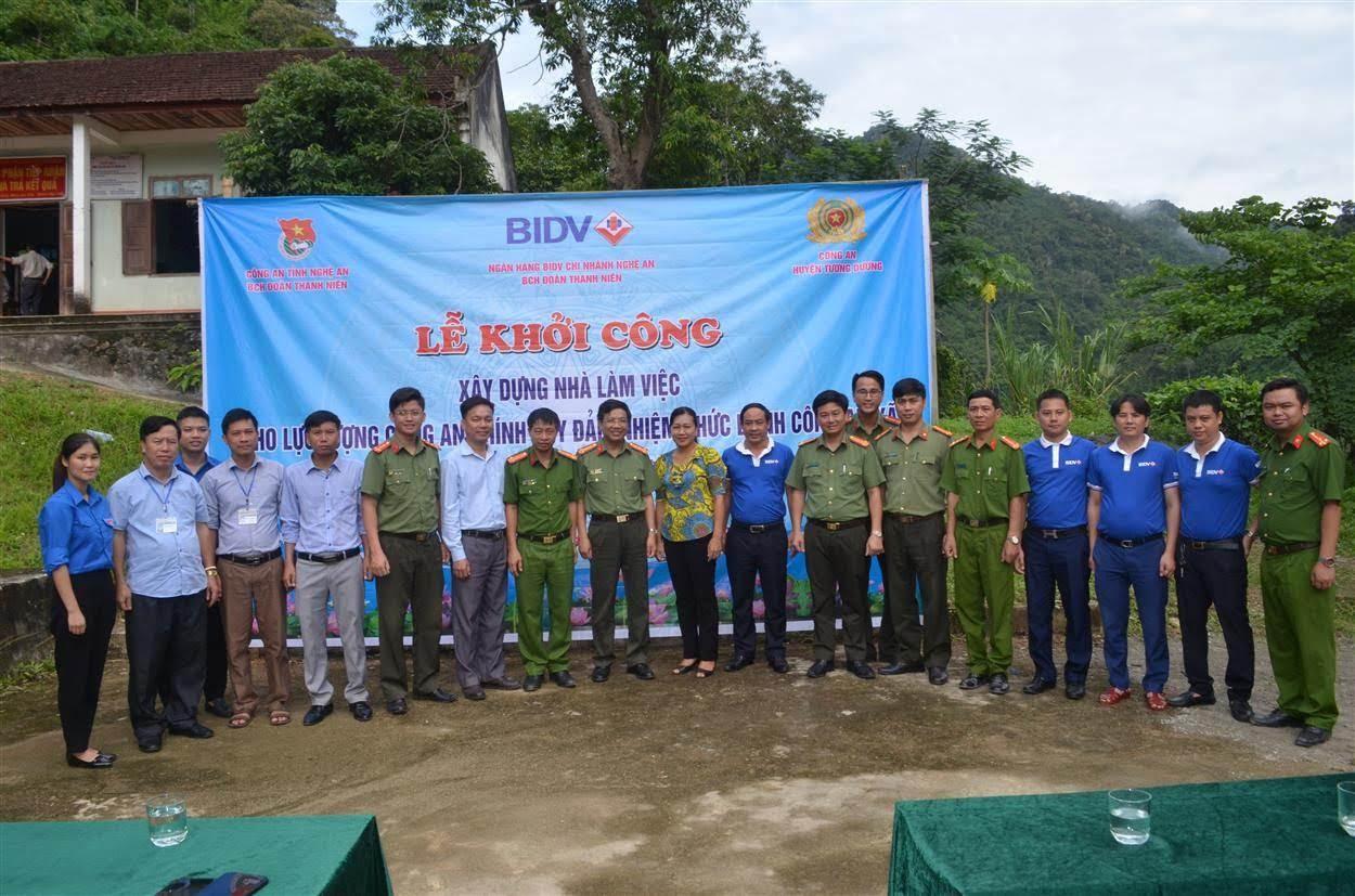 Các đại biểu tham dự lễ khởi khởi công xây dựng trụ sở làm việc Công an xã Tam Hợp, huyện Tương Dương chụp ảnh lưu niệm
