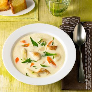 Bunte Spargel-Suppe mit Hähnchenbrust