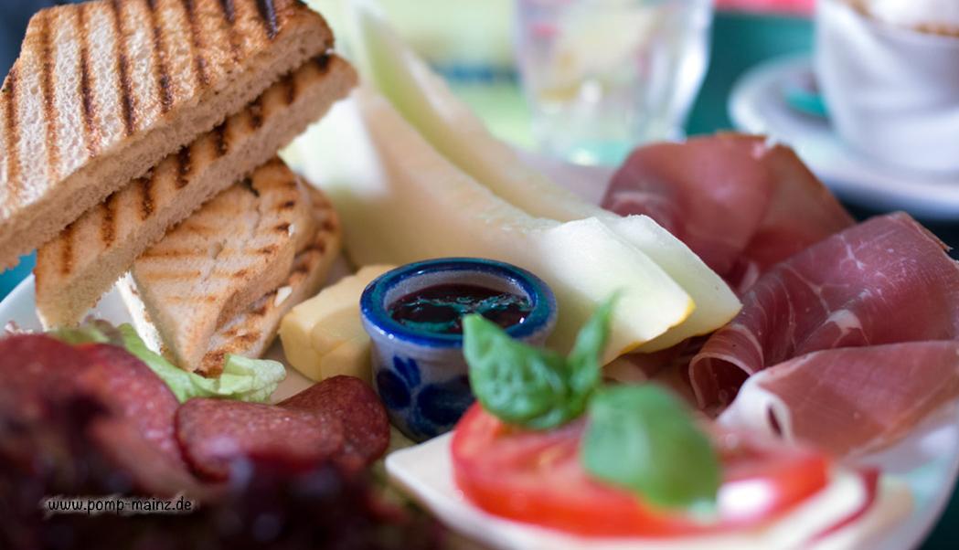 Photo: Little Italy  Parmaschinken mit frischer Melone, Mozzarella mit Tomate und Basilikum,Salami, Butter und Marmelade, frischer Toast und ofenfrisches Baguette