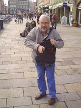 Photo: Klaus zückt fasziniert die Kamera - Platz ,Am Sande' in der Lüneburger Innenstadt. Foto vom 7. Oktober 2010.