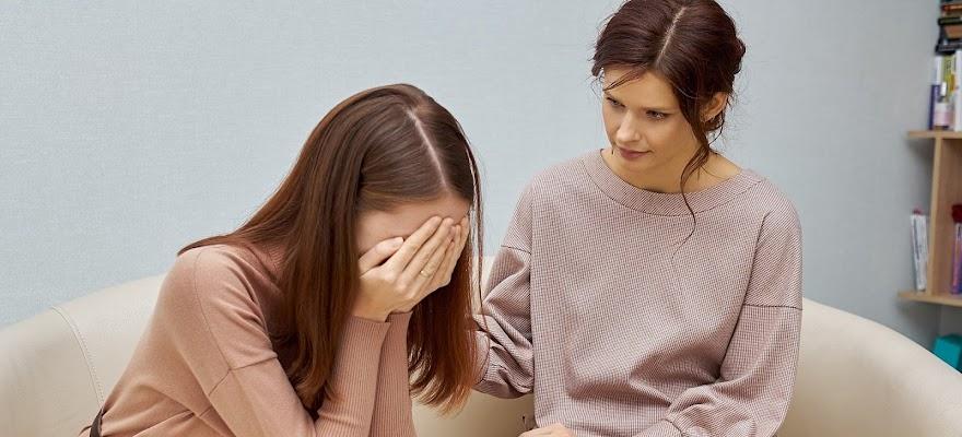 Kobieta psychiatra pociesza swoją pacjentkę na terapii