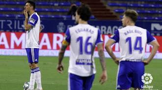 Los jugadores del Real Zaragoza hundidos tras la derrota.