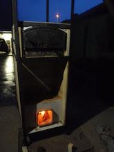 Photo: De rocket wordt beneden gevuld met hout. Het aansteken van het hout gaat met het grootste gemak omdat de rocket een grote trek creëert. Een schoorsteen is niet noodzakelijk. Elke houtsoort kan gebruikt worden als brandstof. Het moet geen eiken- of appelhout zijn zoals in de traditionele pizza oven.