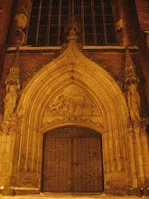 Photo: Jedno z bocznych wejść do wzniesionej w latach 1333-1380 Katedry Świętych Apostołów Piotra i Pawła w Legnicy.