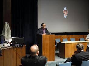 """Photo: Christian KOEBERL, Directeur du Musée d'Histoires Naturelles NHM présente le film-documentaire """"A la recherche des origines : 2 milliards d'années au Gabon"""" réalisée par l'Université de Poitiers."""