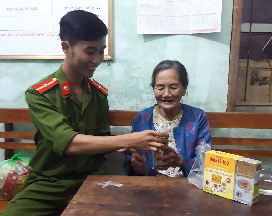 CBCS Công an xã Quỳnh Vinh chăm sóc, giúp đỡ cụ Hòa tại cơ quan Công an