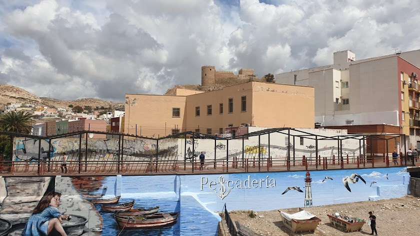 Imagen del mural que decora ahora el muro de la pasarela de Pescadería, hecho por los grafiteros Nauni y Dank.