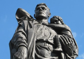 Statue, Ausschnitt: Sowjetsoldat mit Kind auf dem Arm.