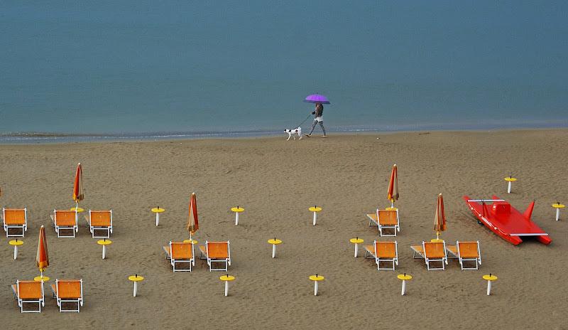 Tempo da cani: ombrelli aperti ombrelloni chiusi di mariarosa-bc