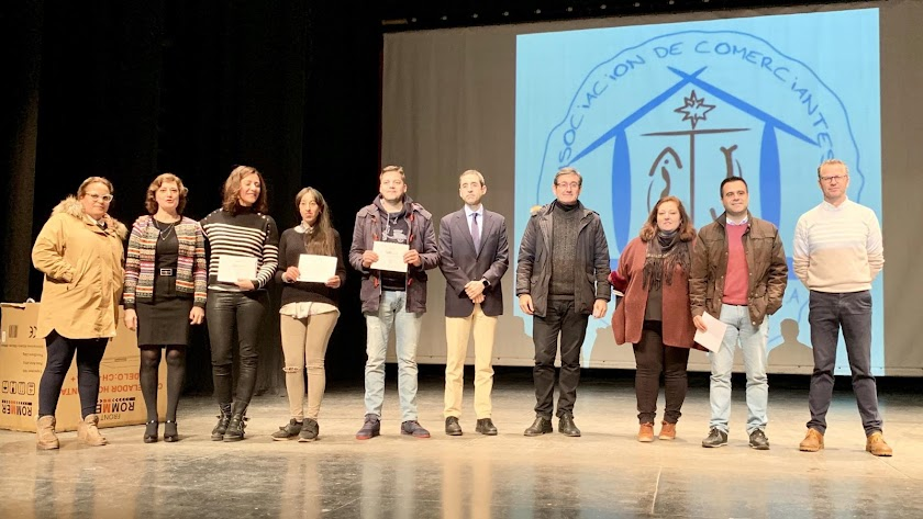 Entrega de los premios a los galardonados en esta edición del 'Sorteo Estrella' en el Centro Cultural de Adra.