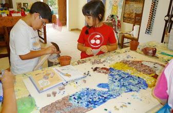 Photo: Nel mondo del mosaico: lavoro di gruppo