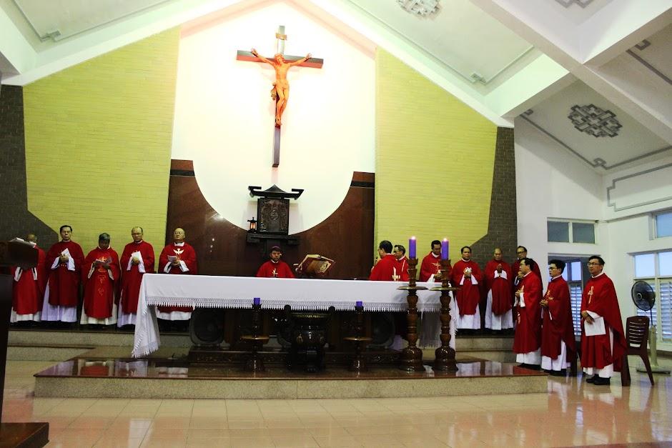 Cha Giám đốc chào mừng Đức Tổng Giám mục đến thăm Đại Chủng viện