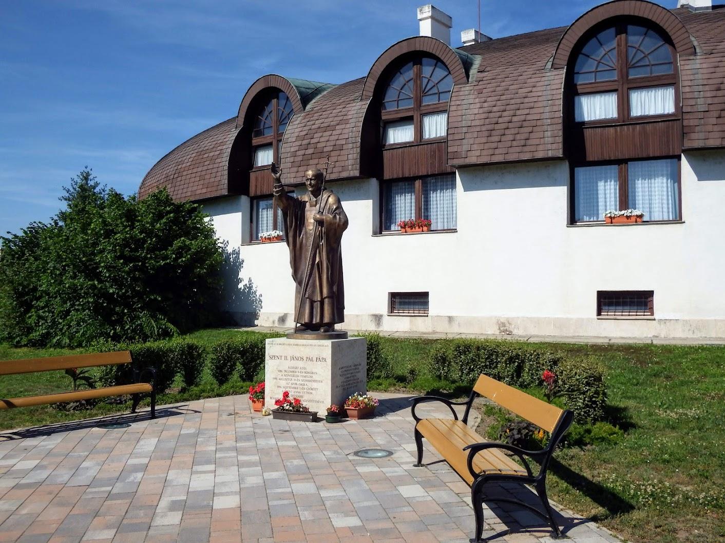 Győr-Nádorváros - Szent II. János Pál pápa a Szentlélek-templom mellett