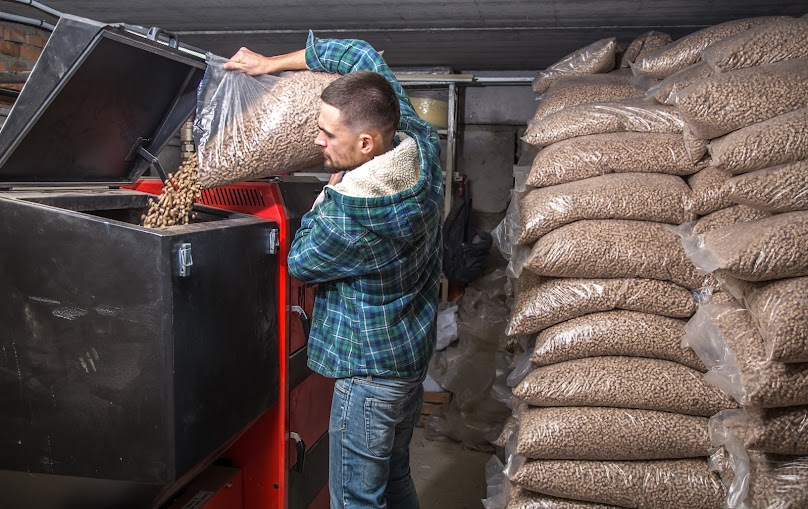 Większość kotłów na pellet jest wyposażona w zbiornik paliwa oraz w automatyczny podajnik