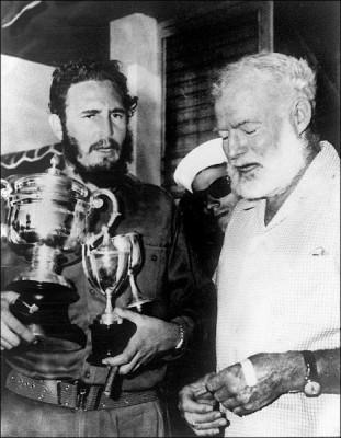 早年卡斯楚釣魚比賽獲獎,《老人與海》的作者海明威頒發獎盃。 (法新社)