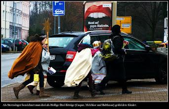 Photo: Als Sternsinger bezeichnet man drei als Heilige Drei Könige (Caspar, Melchior und Balthasar) gekleidete Kinder, die in der Zeit der zwölf Weihnachtstage vom 25. Dezember bis zum 6. Januar und teilweise auch darüber hinaus Geld für wohltätige Zwecke sammeln. In Mitteleuropa ist das Sternsingen ein traditioneller katholischer Brauch. Aufzeichnungen in Salzburg belegen ein erstes Sternsingen im Jahr 1541.