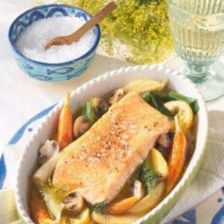 Gedünsteter Lachs auf Gemüse