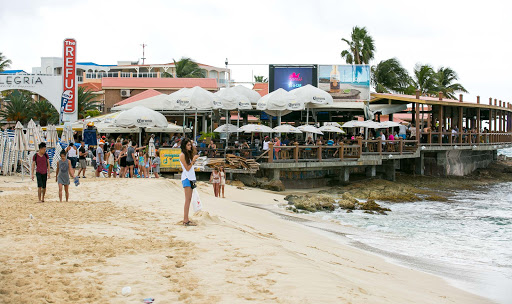maho-beach-the-refuge.jpg - Most folks just head to the Refuge for a brew and watch the planes roar in at Maho.