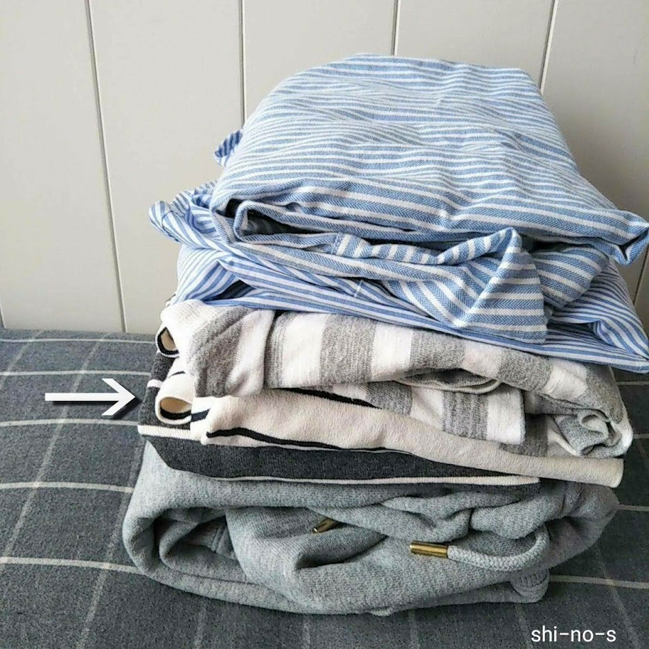 部屋着用の服が5枚、たたまれてつんである