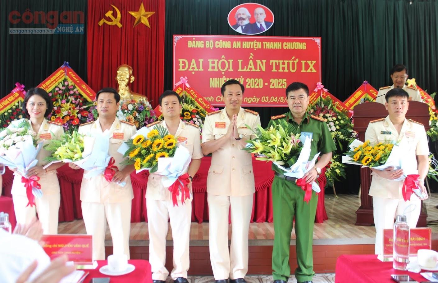 Trung tá Phan Tuấn Anh, Bí thư Đảng uỷ, Trưởng Công an huyện tặng hoa các đồng chí nguyên Uỷ viên BCH Đảng bộ nhiệm kỳ 2015 - 2020