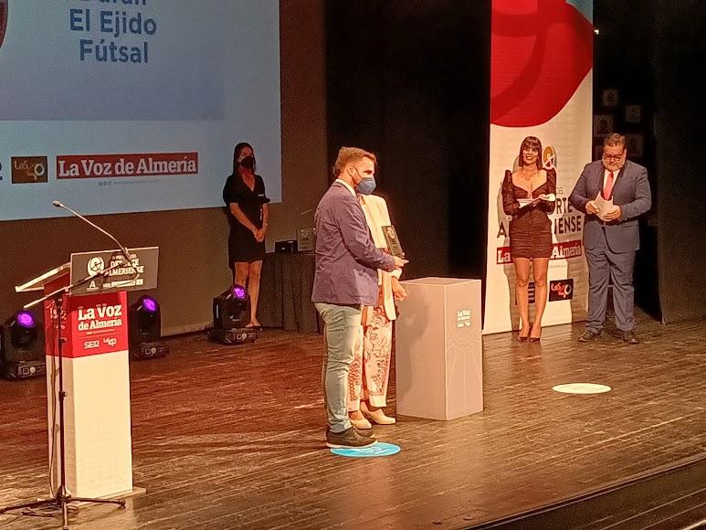 Premio Integración para el Club Deportivo El Ejido Futsal. Recoge el premio Miguel Brugarolas, director del CD El Ejido Futsal.