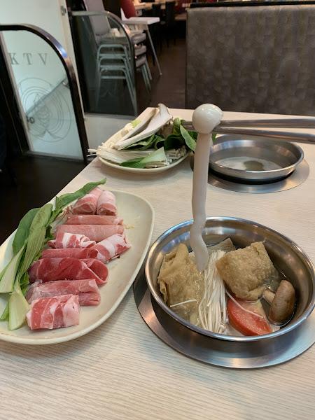 CP值很高的火鍋,菜跟菇菇超多很新鮮~~棒棒