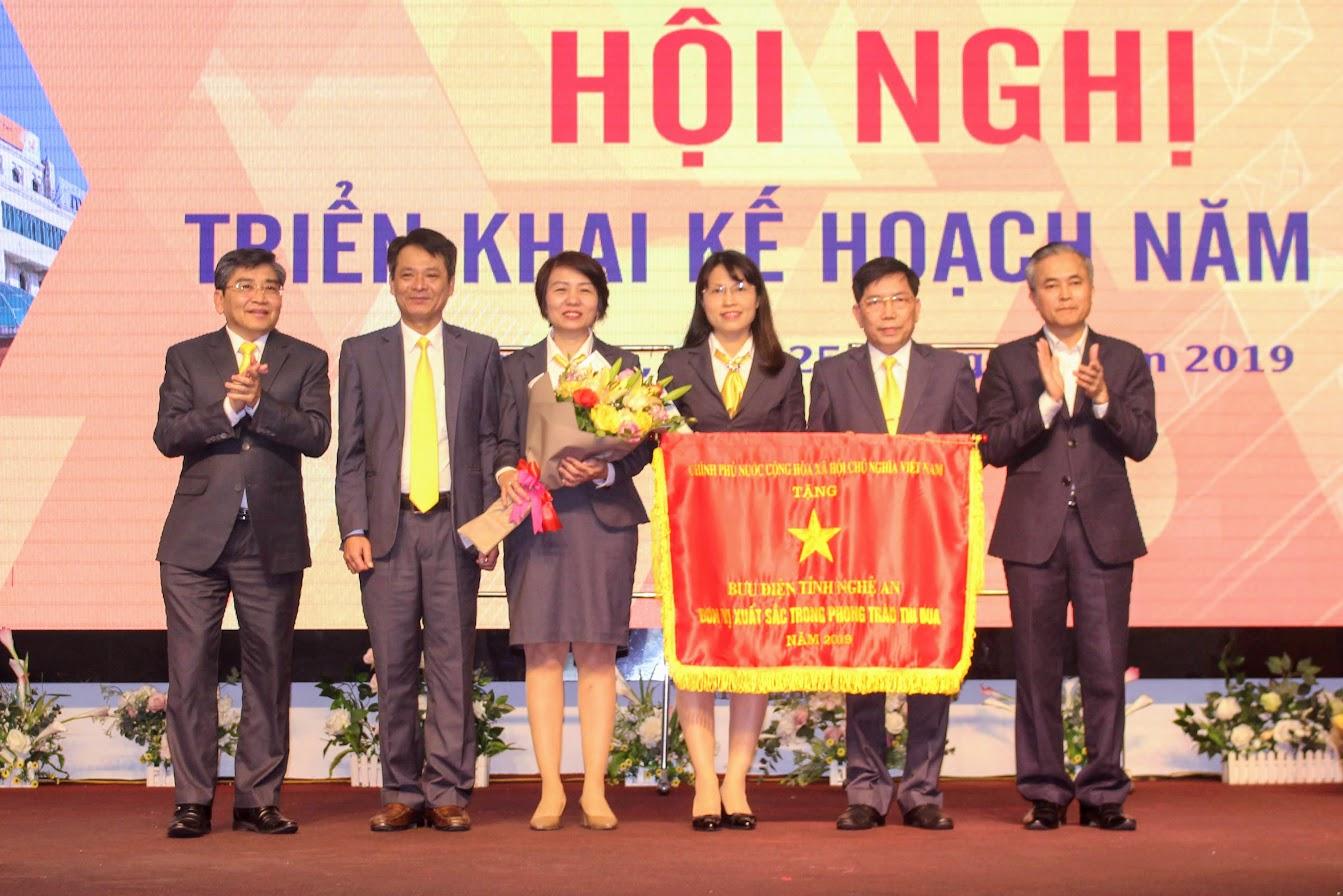 Bưu điện tỉnh Nghệ An nhận cờ thi đua Chính phủ