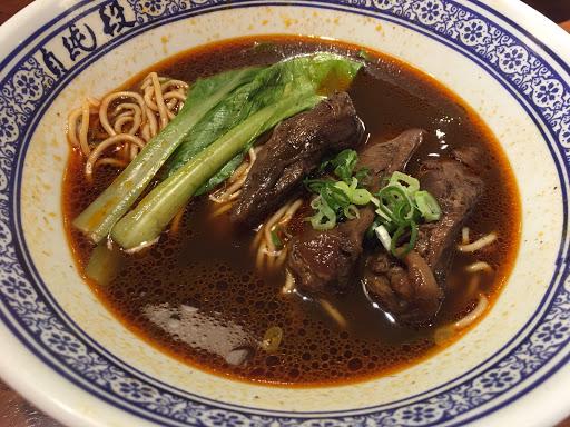 段純真雖然是連鎖的牛肉麵店, 但湯頭跟肉還有麵,其實都是在水準之上 價格上來說也不會很貴~ 現在台南排隊的人變少了, 大家隨時想吃都可以吃到 更好了~