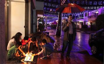 Photo: Descripción: Celebración del día de las velitas en el municipio de Envigado,  niños encendiendo las velas en los andenes de sus casa por las lluvias ( sombrillas ). Fecha de evento: 08/12/2011. Foto: Manuel Saldarriaga Quintero