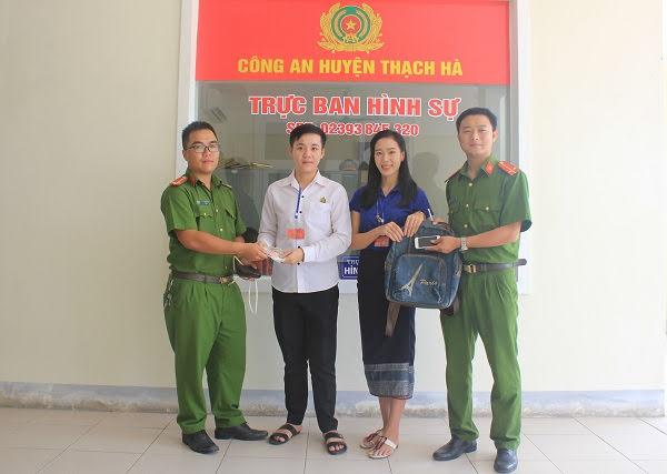 Công an huyện Thạch Hà trao trả tài sản cho 2 sinh viên người Lào