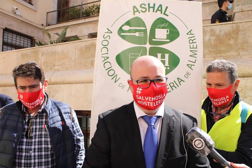 El presidente de Ashal, Pedro Sánchez-Fortún, atendiendo a los medios de comunicación.