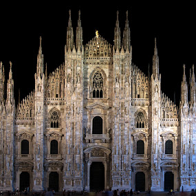 by Darius Apanavicius - Buildings & Architecture Places of Worship ( church, street, night, travel, milano, italy, landmark )