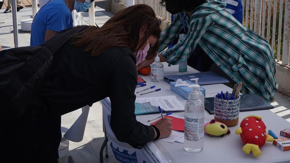 Otra almerienses aportando su firma