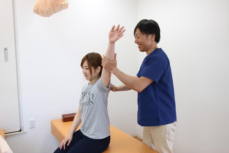 肩の治療をしている画像