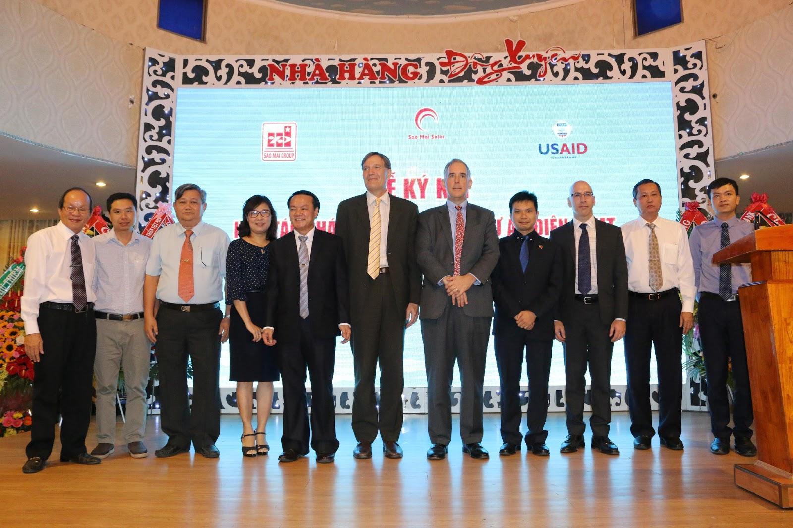 2. Ảnh lưu niệm giữa lãnh đạo Tập đoàn Sao Mai và lãnh đạo USAID V - LEEP.JPG