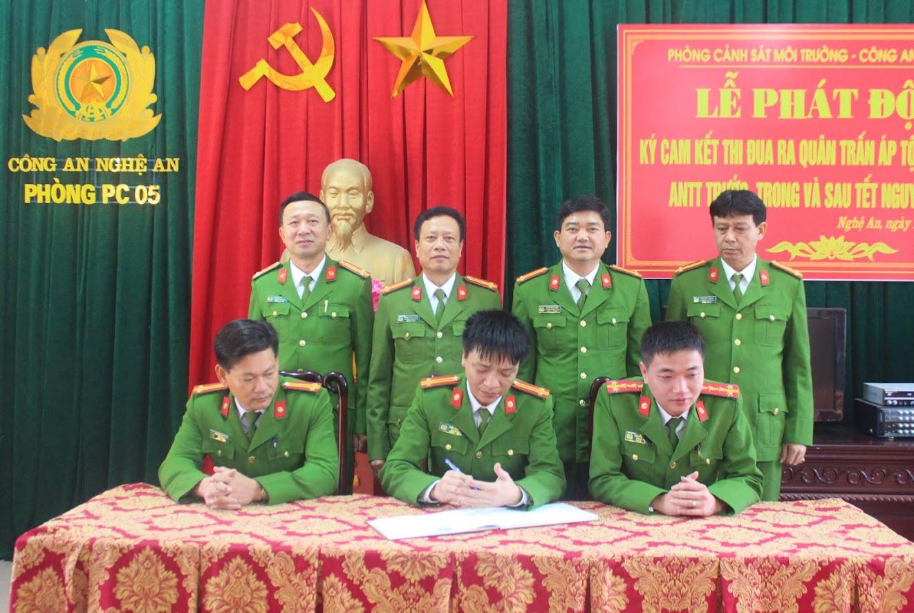 Các đội nghiệp vụ Phòng Cảnh sát môi trường Công an Nghệ An kí cam kết thực hiện cuộc thi đua