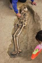 Photo: El mínimo detalle puede ser importante por eso hay que actuar con sumo cuidado a la hora de descubrir los restos.