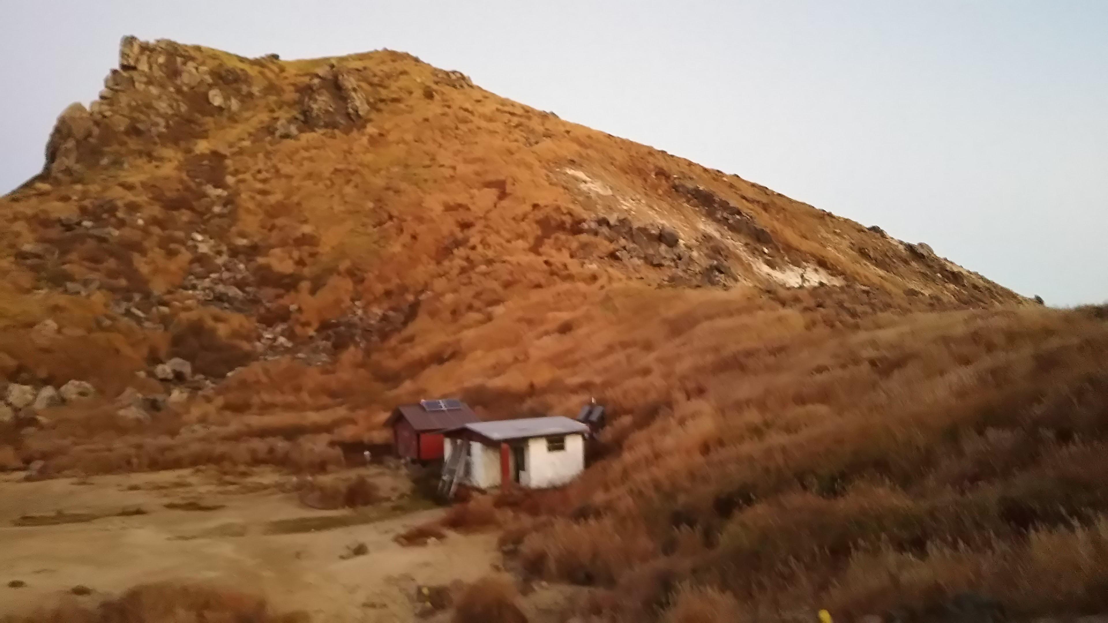 日の出前の岩峰と避難小屋