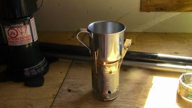 Photo: Toktuyaktuk.Atelier bricolage, l'art du système D : le réchaud maison.