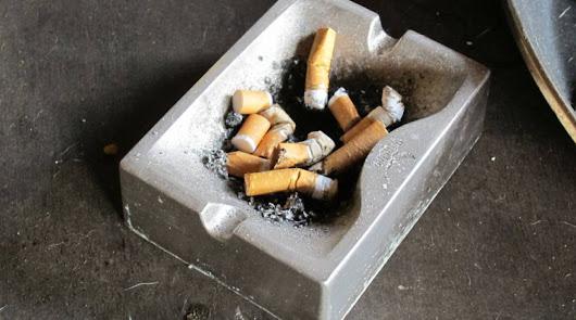 El riesgo de contagio por Covid-19 aumenta para los fumadores en terrazas
