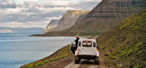 Photo: Uno dei nostri Land Rover Defender 110 AT37 nell'Arnarfjordur, Fiordi Occidentali d'Islanda. www.90est.it