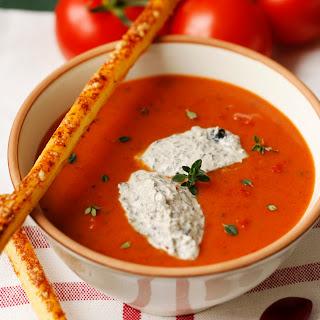 Tomatencremesuppe mit Oliven-Chili-Crème fraîche und Parmesan-Blätterteigstangen