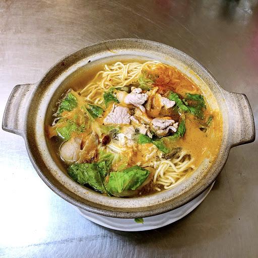 砂鍋酸辣麵 端上桌時湯都還在滾~~~ 天氣冷的時候吃應該更好👍🏻 小辣不太辣 下次來要點中辣~~~