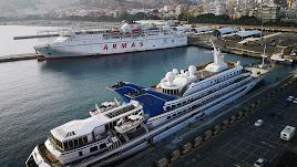 Embarcaciones de pasajeros ancladas en el Puerto de Almería.