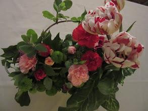 Photo: Composition piquée dans de la mousse florale synthétique  fleurs utilisées: tulipes, oeillets, santinis (boule verte)  prix 20 euros