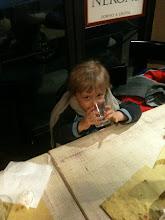 Photo: Marcus szépen iszik az étteremben