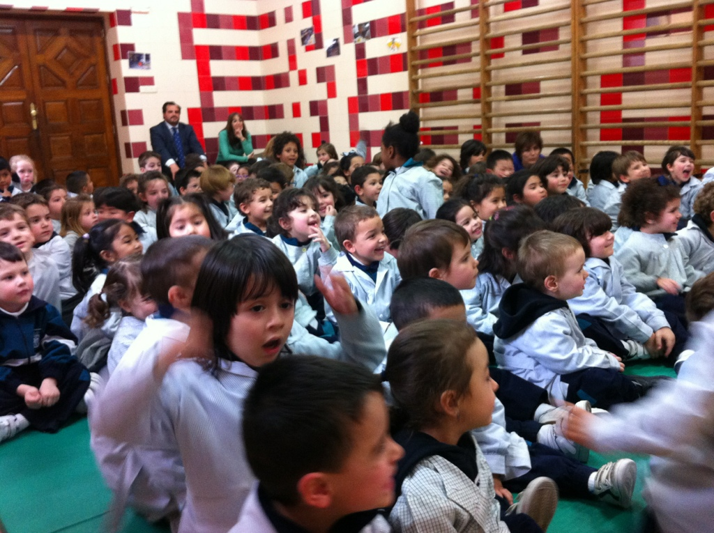 niños-viendo-magia-en-colegio-2015
