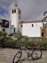 Photo: Wyróżnienie ! zdjęcie Ewy : Zdjęcie zrobione w marcu br na wyspie Fuertaventura na Wyspach kanaryjskich, w pierwszej stolicy wyspy - Betancurii. Wypożyczony na 3 dni rower (najlepiej zainwestowane 30 euro na wakacjach!) jest w cieniu najważniejszego zabytku miasta - Iglesia de Santa Maria. Kościół, założony przez Jeana de Béthencourta, w trakcie słynnego najazdu piratów, pod wodzą Jabána Arráeza w roku 1593, został doszczętnie zniszczony. Świątynię odbudowano dopiero w początkach XVII wieku. Kościół uchodzi za jeden z niewielu zachowanych zabytków pochodzących z okresu późnego renesansu na Kanarach.