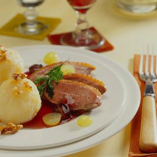 Entenbrust mit Trauben-Cassis-Sauce zu Knödeln mit karamellisierten Walnüssen